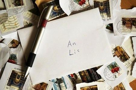 Enviarse regalos y cartas escritas por correo tradicional